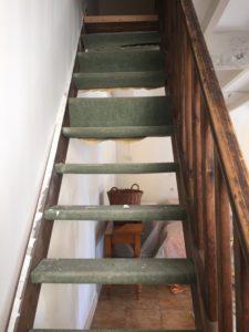 Escalier ancien avec moquette