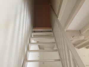 Bel escalier en bois couleurs beige